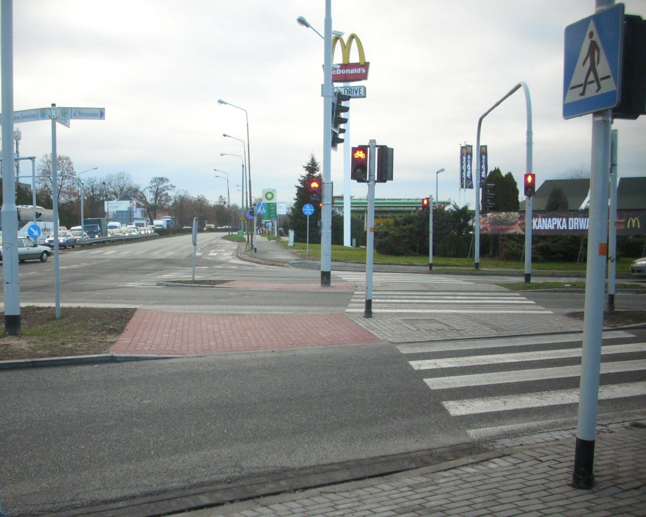 IPowstaje przejazd rowerowy przy skrzyżowaniu ulic Partyzanckiej i Wrocławskiej.